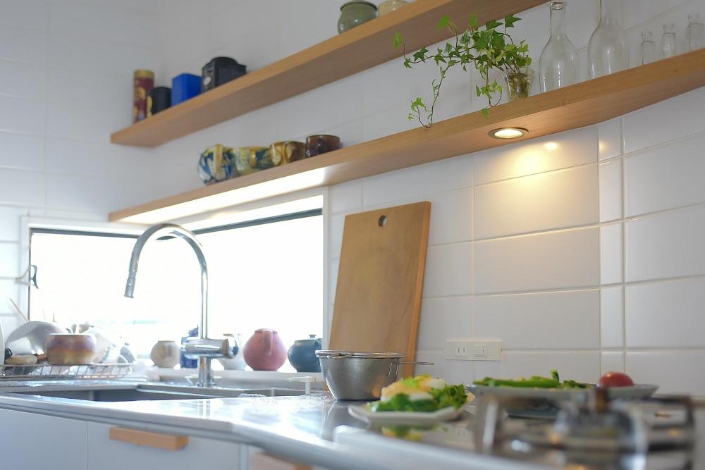 造作キッチン、配膳スペース、キッチン、タイル床、タイル壁、リノベーション、ハンズデザイン、飾り棚