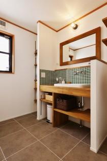 洗面台、洗面カウンター、タモ材、タイル壁、収納棚、スタイル工房、リノベーション、自然素材