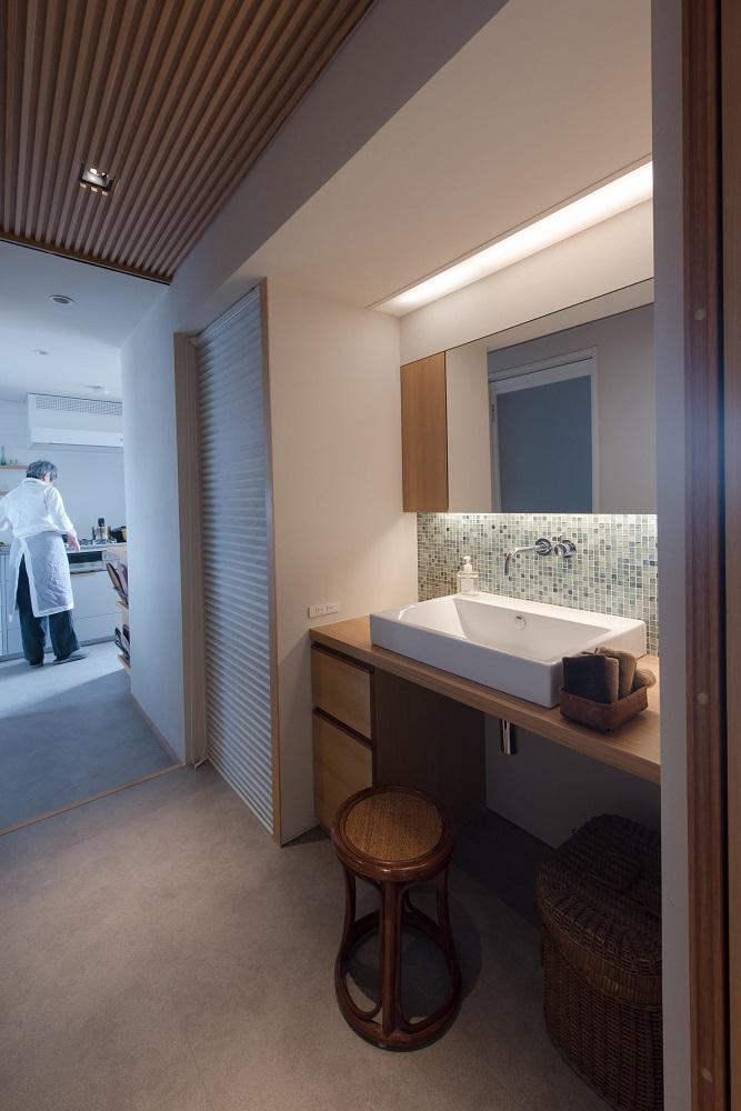 洗面台、タイル壁、照明、ルーバー天井、タイル床、リノベーション、ハンズデザイン