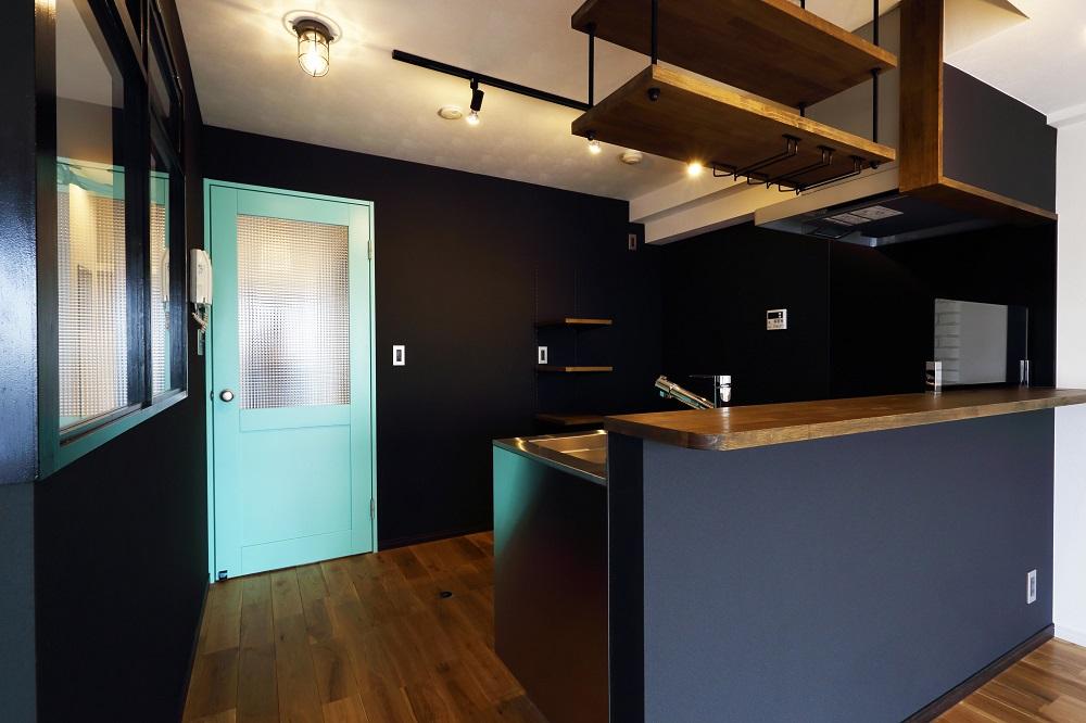 Three Eight、リノベーション、キッチン、リビングルーム、無垢フローリング、自然素材、モノトーン