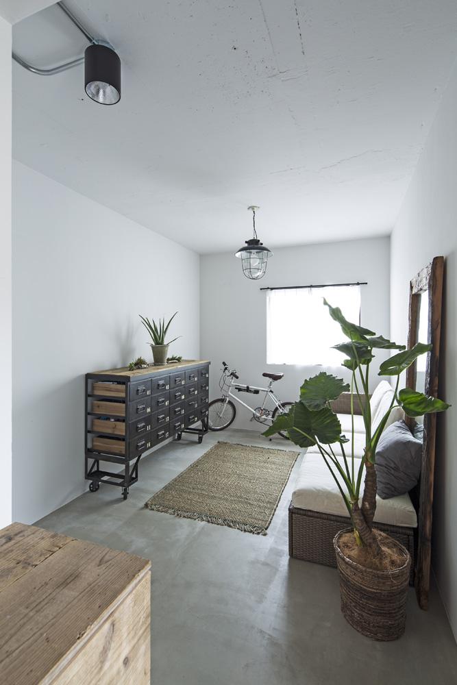 東京リノベ、リノベーション、エントランス、中古マンション、モルタル床、古材風、足場板、収納