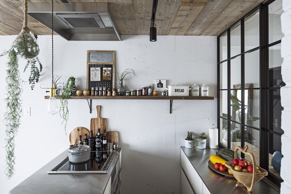 東京リノベ、リノベーション、リビングルーム、中古マンション、モルタル床、古材風、アイアン