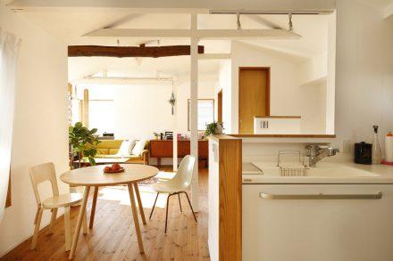 リノベーション、スタイル工房、自然素材、戸建リノベーション、ダイニング、パイン無垢、梁、対面キッチン