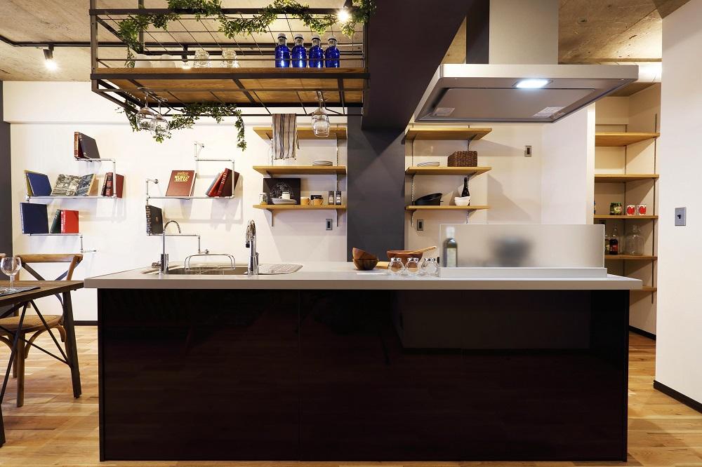 アイランドキッチン、マンション、リノベーション、コンクリート、照明、レール、Three Eight