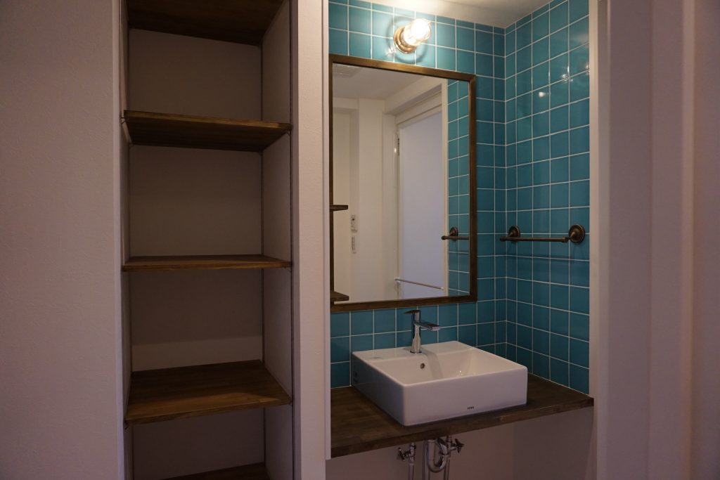リノベの一歩、リノベーション、西海岸風、ビーチスタイル、洗面台、洗面室、タイル壁、マリンランプ