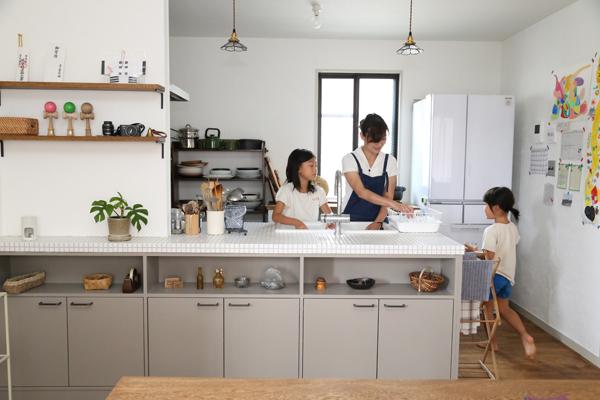 リノベーション、DIY、デン・プラスエッグ、キッチン、実家リノベ、戸建リノベ、無垢フローリング、漆喰壁、自然素材、2世帯住宅、対面キッチン