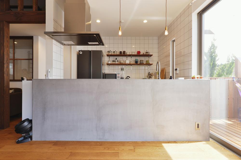 キッチン、モールテックス、掃き出し窓、ウッドデッキ、戸建てリノベーション
