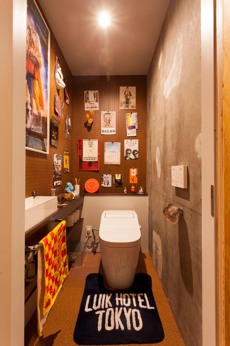 リノベーション、ecodeco、エコデコ、躯体現し、コンクリート壁、有孔ボード、トイレ