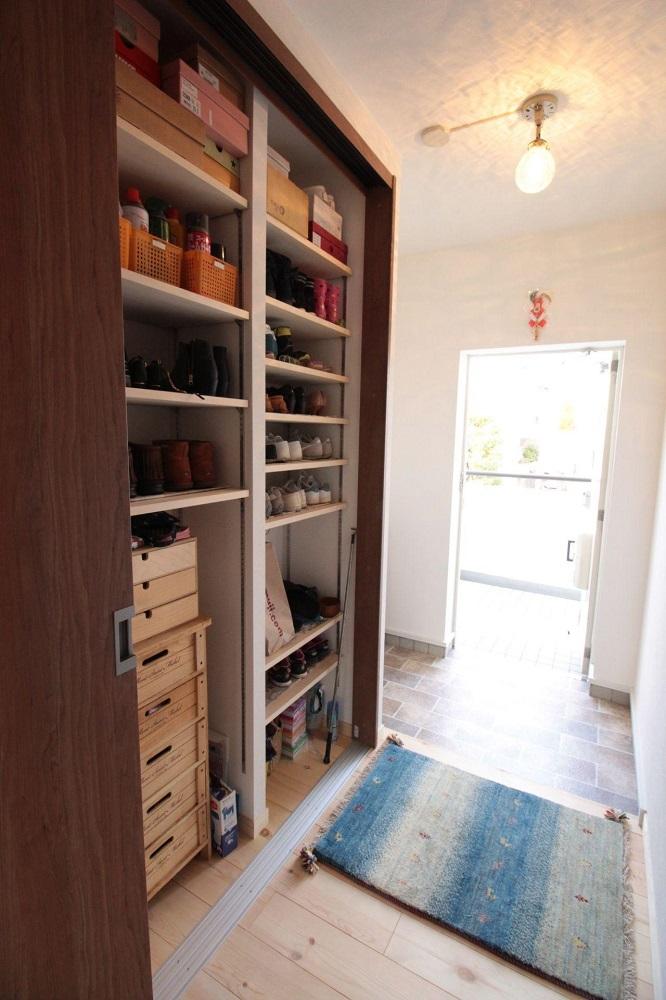 玄関収納、リノベ―ション、湘南リフォーム、連動引き違い戸