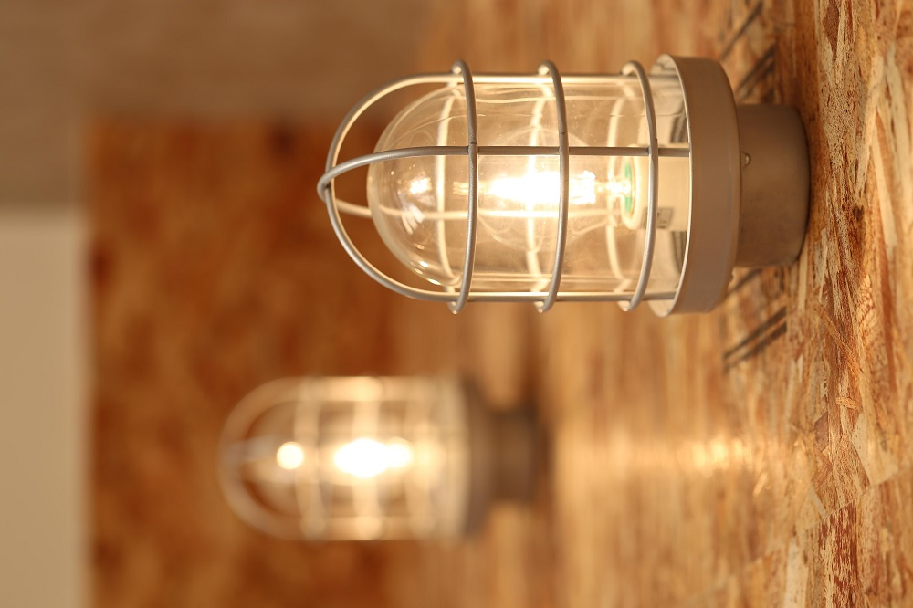 リノベ不動産 照明 マリンランプ OSBボード