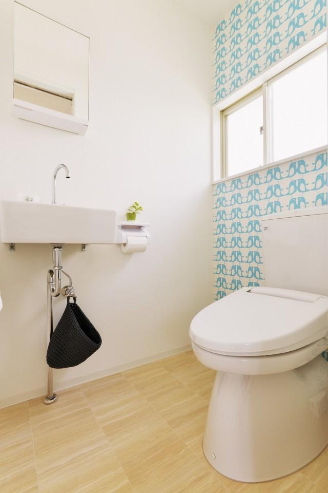 夢工房、無垢材、トイレ、シンプル、ナチュラル、アクセントクロス、リノベーション