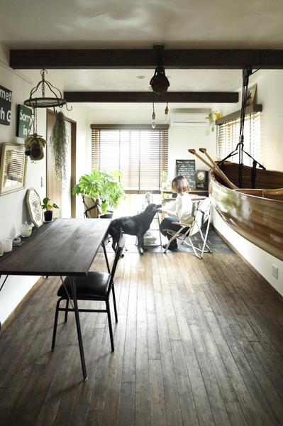 OKUTA LOHAS studio、ペットと暮らすリノベーション、窓際のラウンジ