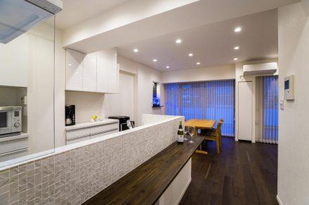 リノベーション、クオリア、対面キッチン、キッチンカウンター、タイル壁、スタディスペース