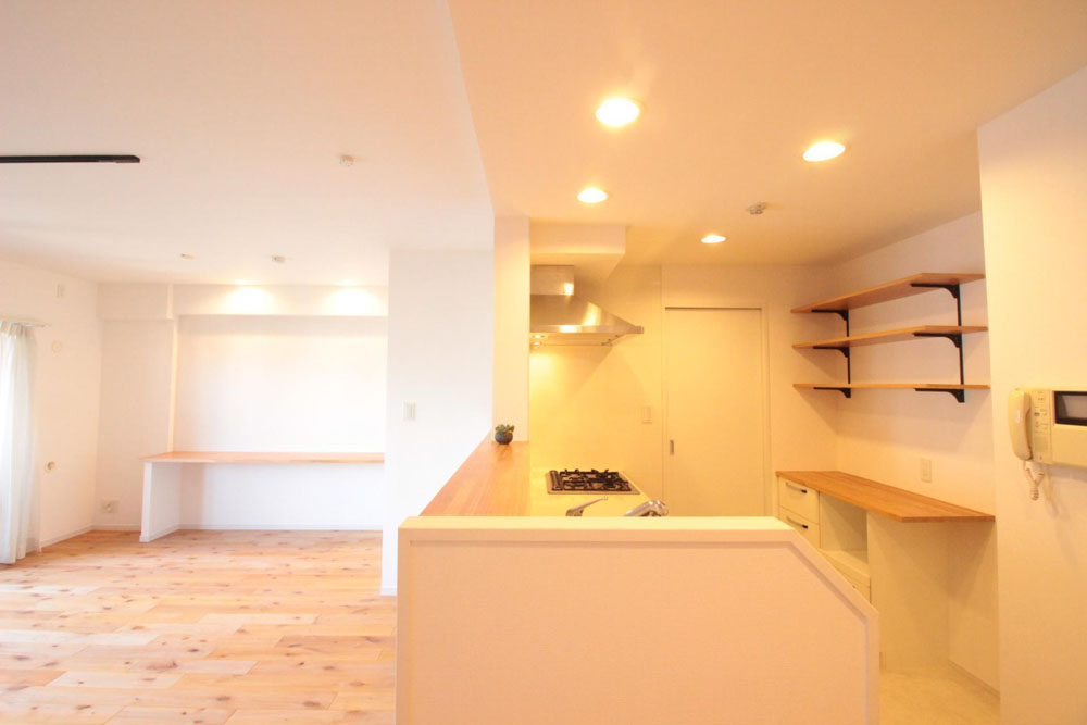 対面キッチン、中古マンション、リノベーション、リビングルーム、アルダー材、無垢フローリング、カウンター、キッチン収納