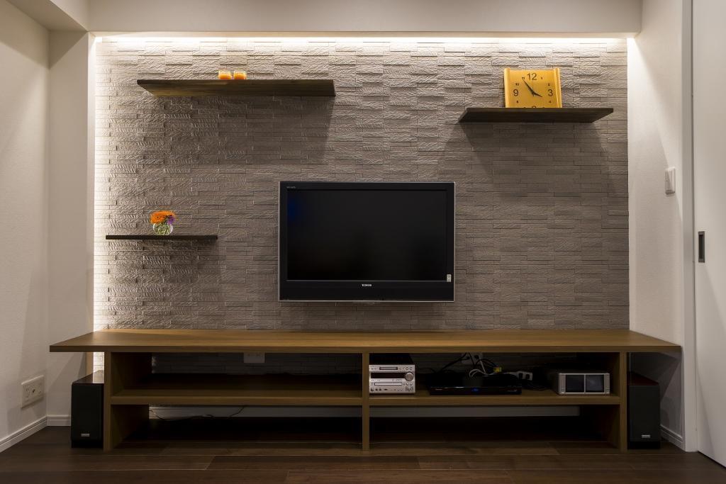 リノベーション、クオリア、タイル壁、アクセントウォール、間接照明、壁掛けテレビ