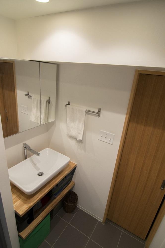 株式会社エキップ 洗面所 シンプル、床、タイル