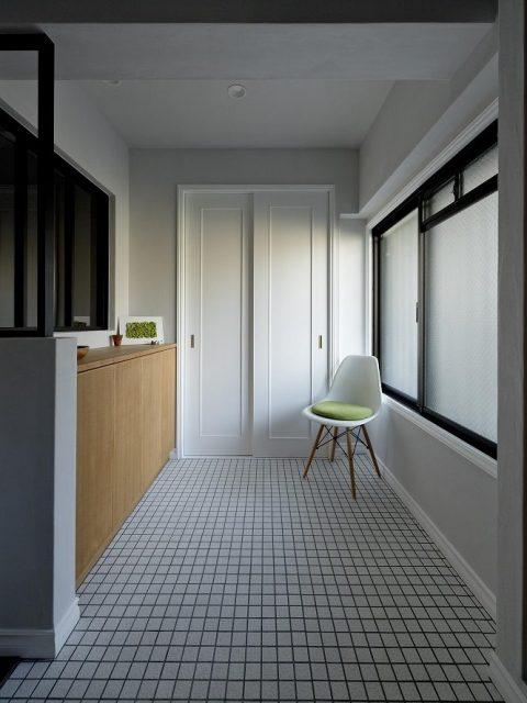リノベーション、グラデン、玄関土間、玄関収納、タイル床、モールディング、室内窓