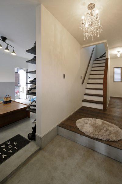 戸建リノベ、ロハススタジオ、玄関土間、玄関、モルタル床、犬と暮らす