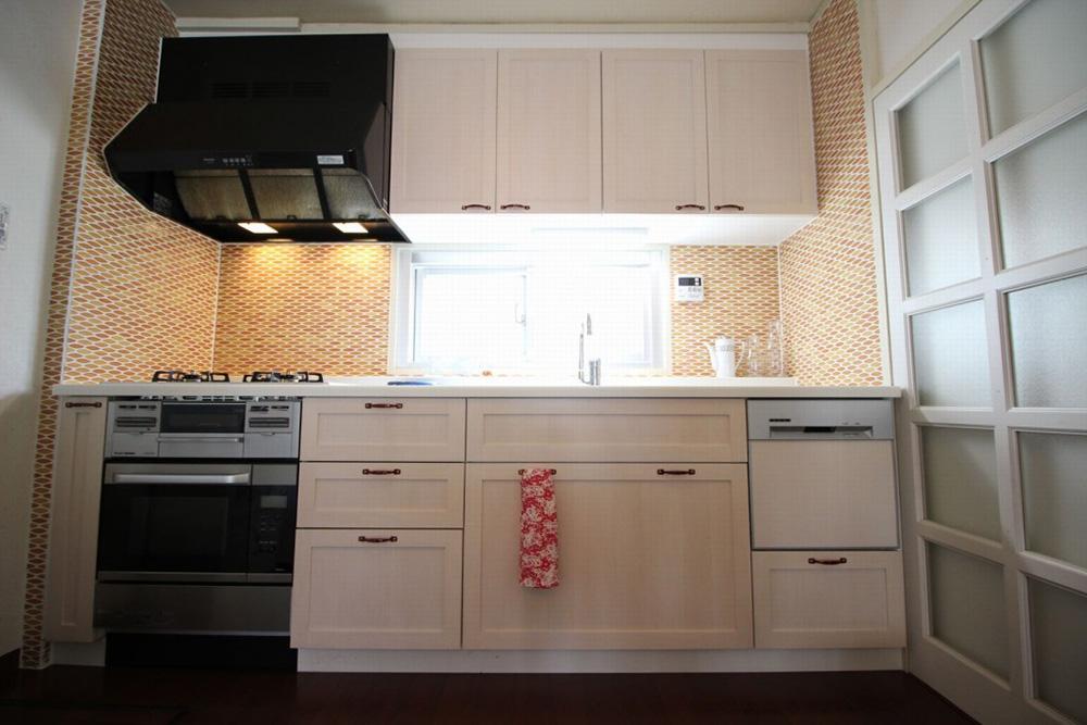 リノベーション、湘南リフォーム、キッチン、造作キッチン、壁付けキッチン、オーダーメイド、オリジナルキッチン、北欧風、木製扉、収納、タイル壁、レトロ