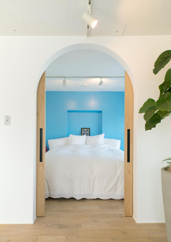 中古マンション、リノベーション、寝室、REDESIGN、地中海風、アクセントクロス、アーチ開口