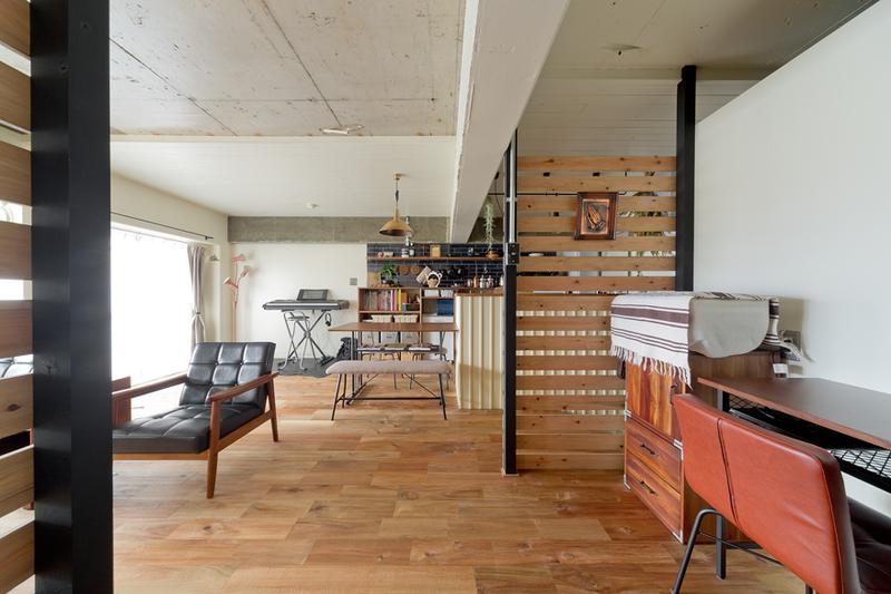 ハコリノベ、サンエステート、リノベーション、中古マンション、躯体現し、コンクリート現し、無垢フローリング、リゾート感、西海岸スタイル、書斎、