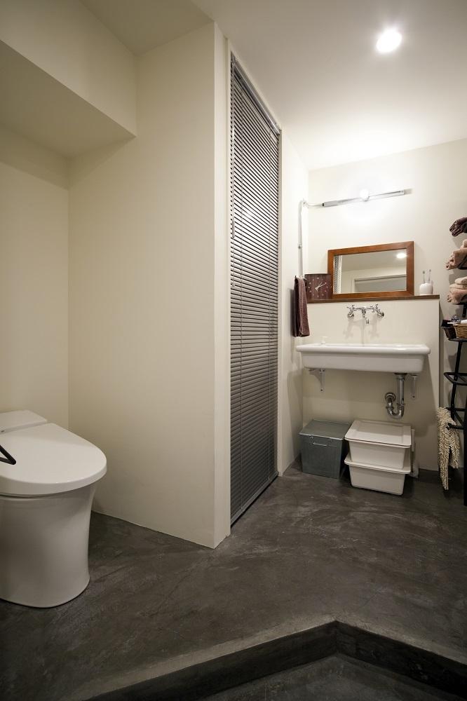 サニタリースペース、トイレ、洗面所、モルタル床、水まわり、リノベーション、秀建、
