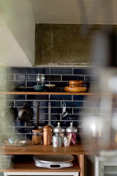 ハコリノベ、サンエステート、リノベーション、中古マンション、キッチン、躯体現し、タイル壁、キッチン収納、見せる収納、カフェ風