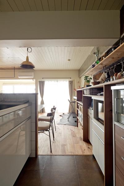 ハコリノベ、サンエステート、リノベーション、中古マンション、キッチン、タイル風シート、造作収納、キッチン収納、オープン収納、対面キッチン