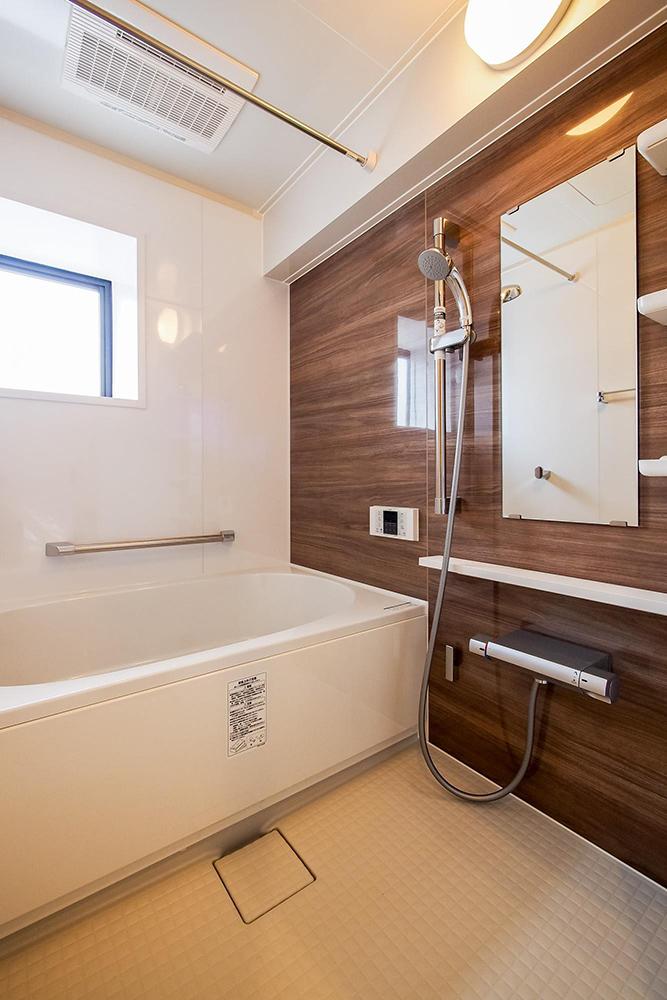リノベーション、リノベ不動産、中古マンションリノベ、木目調、バスルーム、浴室、TOTO、システムバス