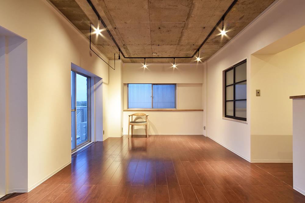 リノベーション、マンションリノベーション、Re-CRAFT、スケルトン天井、コンクリート天井、躯体現し、ダクトレール、ダイニング、リビング、掃き出し窓、室内窓