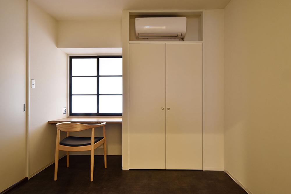 リノベーション、マンションリノベーション、Re-CRAFT、造作、造作デスク、室内窓、北欧椅子、ハンス・J・ウェグナー、寝室、書斎スペース、スタディスペース