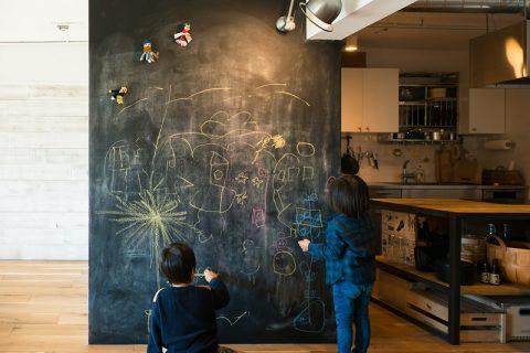 団地リノベーション、トラスト、リノベーション後、黒板壁、インダストリアル、カフェスタイル、アイランドキッチン、子育てリノベ