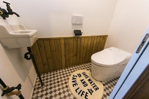 マンションリノベーション、リノベの一歩、タンクレストイレ、黒い紙巻き器、トイレ手洗い、腰壁、class=