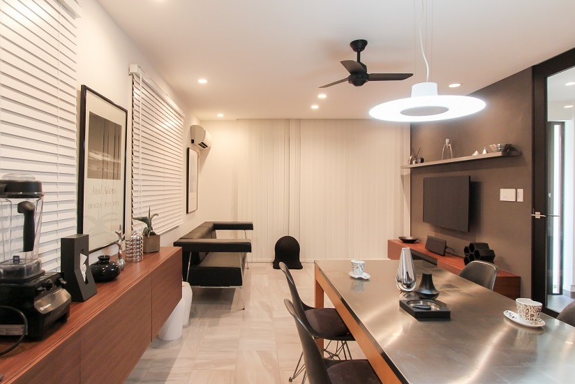 戸建リノベ、住工房、モダン、リビング、デザイン家具、デザイン家電、亜空セントクロス、タイル床、散らからないリビング
