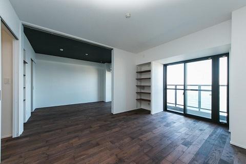 マンションリノベーション、リノベの一歩、可動式間仕切り、天井の色変える、自然素材、黒い天井