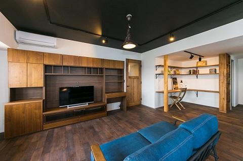 マンションリノベーション、リノベの一歩、リビング収納、自然素材、スタディスペース、黒い天井、ナラ無垢材