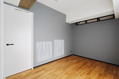 マンションリノベーション、リノベ不動産|Three Eight、アクセントウォール、室内窓、巾木