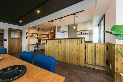 マンションリノベーション、リノベの一歩、腰壁、オープンキッチン、無垢パネル、キッチンペンダント、キッチン飾り棚、キッチン、白いタイル、タイル壁