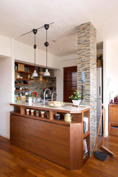 リノベ―ション、スタイル工房、タイル貼り、構造柱、デザインに取り込む、珪藻土、自然素材、チーク床、人口大理石、コーリアン、キッチンカウンター