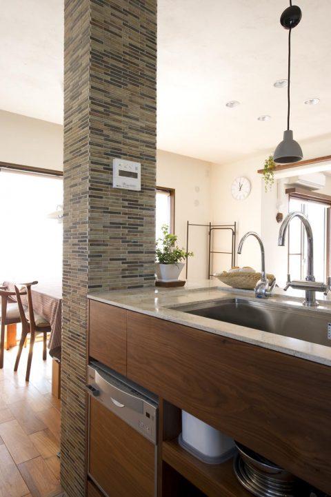 リノベ―ション、スタイル工房、タイル貼り、構造柱、デザインに取り込む、自然素材、チーク床、人口大理石、コーリアン、キッチンカウンター、オープンキッチン