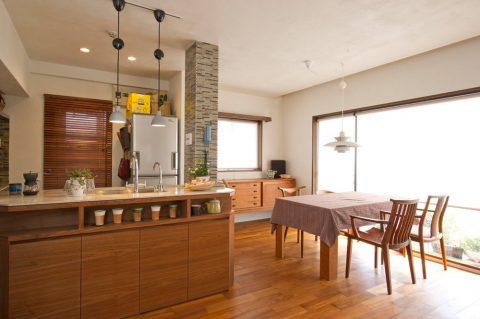 リノベ―ション、スタイル工房、タイル貼り、構造柱、デザインに取り込む、珪藻土、自然素材、チーク床、オープンキッチン、キッチンカウンター、ダイニング