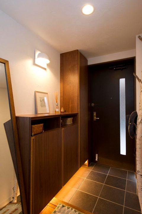 リノベ―ション、スタイル工房、造作家具、ウォルナット、玄関、タイル床、玄関収納、フロートタイプ、