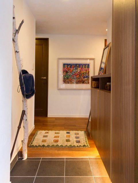 リノベ―ション、スタイル工房、玄関、タイル床、玄関収納、フロートタイプ、自然木、造作家具、ウォルナット