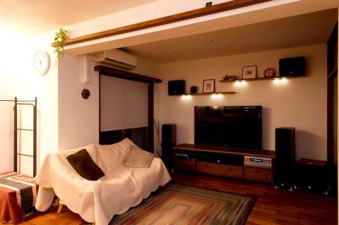 リノベ―ション、スタイル工房、飾り棚、ホームシアター、珪藻土、自然素材、チーク床、リビング