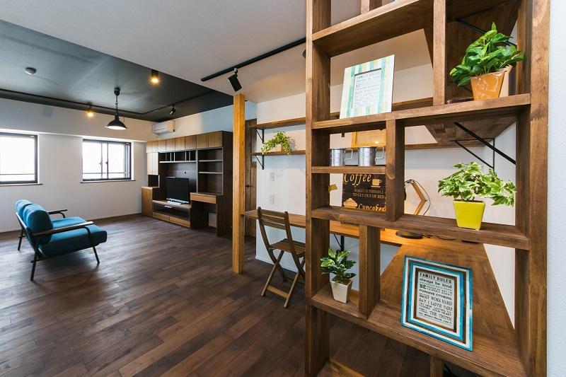 マンションリノベーション、リノベの一歩、自然素材、スタディスペース、造作、黒い天井、青いソファ、ナラ無垢材class=