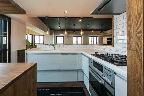 マンションリノベーション、リノベの一歩、オープンキッチン、キッチンペンダント、キッチン白いタイル、L型キッチン、白いキッチン
