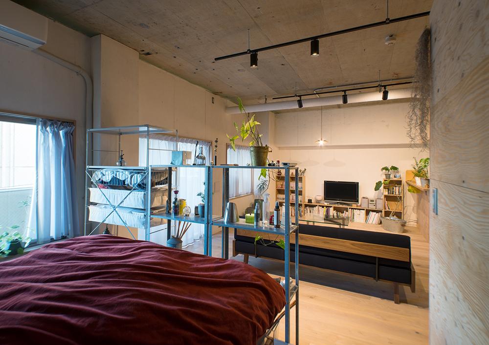 リノベーション、マンションリノベーション、REDESIGN、ワンルームリノベ、ゾーニング、ベッドルーム、リビングダイニング、オープン棚、コンクリート天井、無機質、ダクトレール、スポットライト
