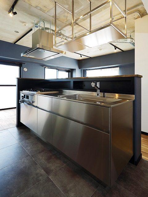 マンションリノベーション、リノベ不動産|Three Eight、ステンレスキッチン、オープン吊棚、キッチン手元収納、腰壁カウンター