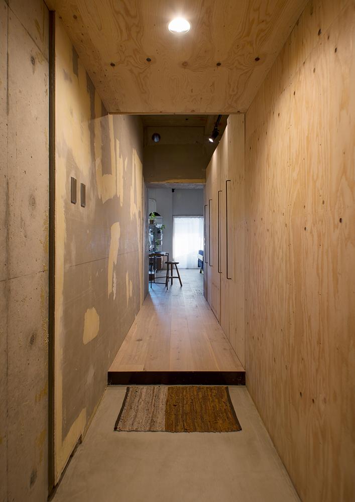 リノベーション、マンションリノベーション、REDESIGN、ワンルームリノベ、玄関、コンクリート、モルタル、無機質、廊下棚、収納