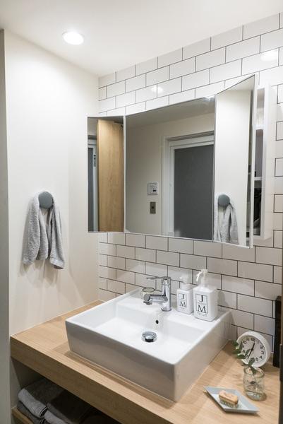 リノベーション、ハウズライフ、洗面台、洗面所、ブリックタイル、サブウェイタイル、タイル壁、ベッセルタイプ、シンプル